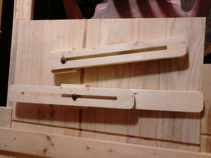 kaki meja kayu.