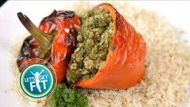 Gevulde paprika's met gemalen biefstuk, spinazie en bruine rijst