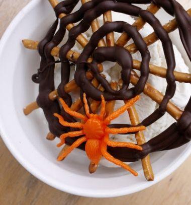 Fast and easy chocholate pretzel Halloween spider web treats  // Pókhálós Halloween édességek ropiból csokival egyszerűen //  Mindy -  creative craft ideas //  #halloween #crafts #craftideas #kreatívötletek #diy #csináldmagad #halloweencrafts #halloweenparty #partyideas