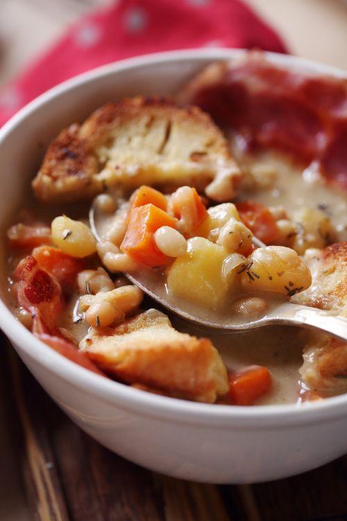 J'ai fait cette recette il y a quelques jours et nous nous sommes bien régalés. Cette soupe paysanne bien rustiqueest un mélange de carotte, de haricots b
