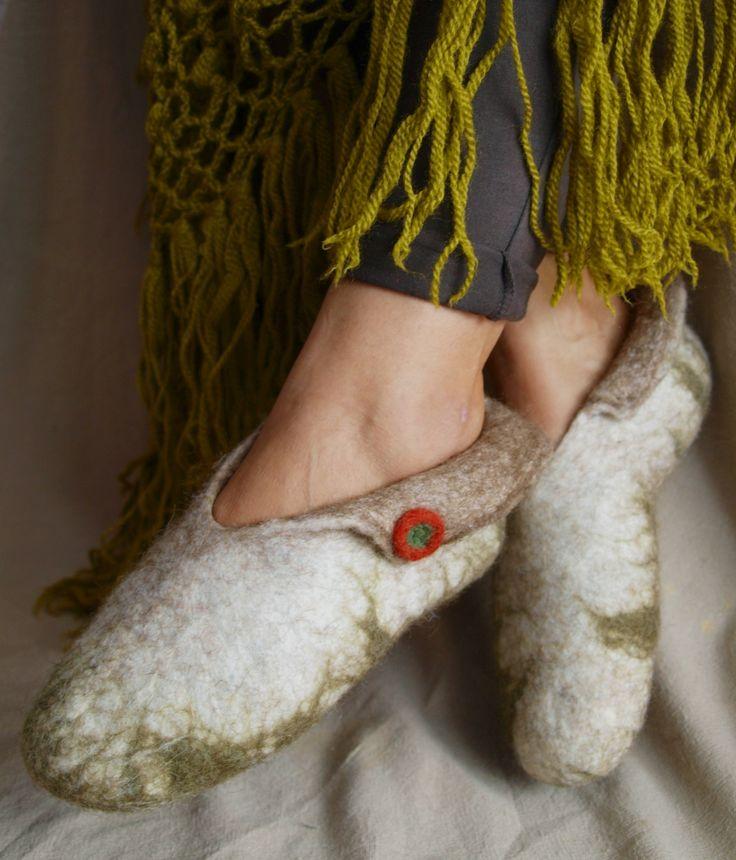 """Hermes"" winged felt wool slippers.  Οι φτερωτές παντοφλίτσες του Ερμή."