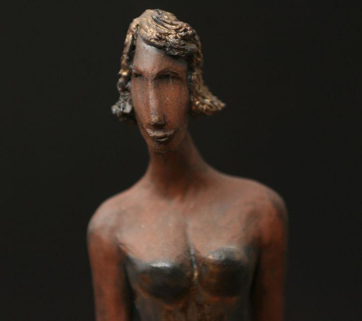 Originální+keramická+soška+-+Tereza+Originální+keramická+soška+zdobená+zlatobronzovou+glazurou+-+Tereza.+Výška+33+cm.+Rok+vzniku+2010.