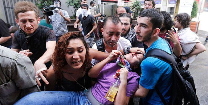 Συγκλονιστικές εικόνες από τα επεισόδια στην Τουρκία: Διαδηλωτές προσπαθούν να μεταφέρουν τραυματισμένη κοπέλα