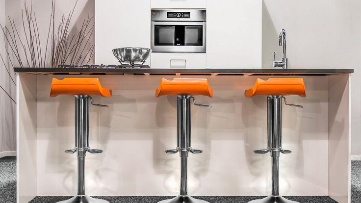 Keukenloods.nl - Deze moderne eilandkeuken met kastenwand is bij Keukenloods.nl op voorraad! Dit houdt in dat we de keuken zeer snel kunnen leveren. (Bij spoed zelf binnen 24 uur.) Deze variatie (met barkrukken is te zien in de vestiging Zaandam XXL.