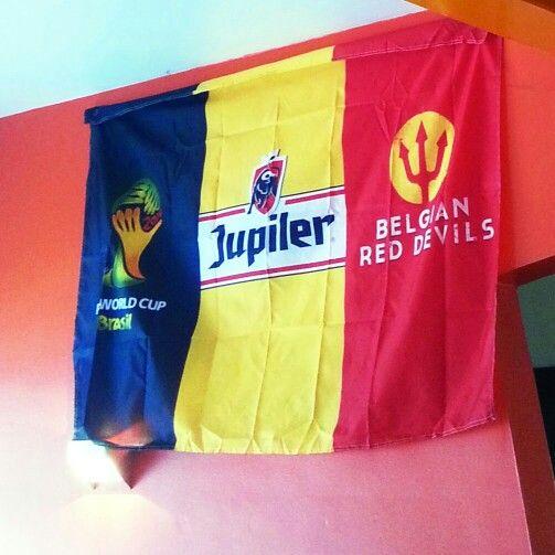 Bandera Belga. Jupiler es la cervesa más popular del país