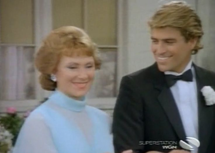 Roger seats his Aunt Marion at Joanie and Chachi's wedding ...