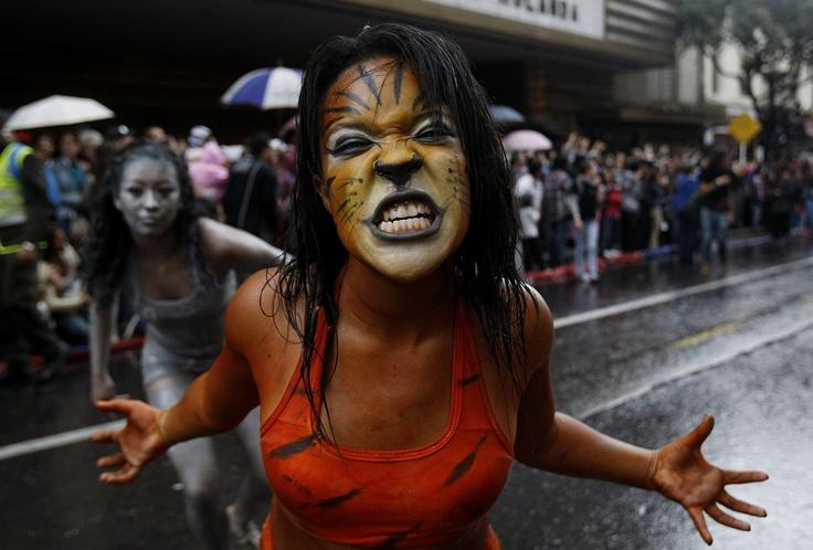 Feroz la representación del Carnaval de Barranquilla durante el desfile de inauguración del Festival Iberoamericano de Teatro, en pleno corazón de Bogotá. Foto: Leonardo Muñoz / EFE