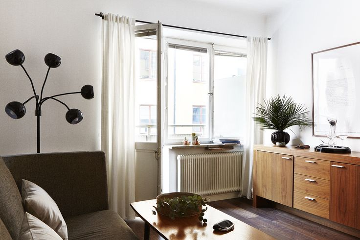 Vardagsrum balkong dörr soffa soffbord skåp