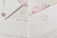 Convite de casamento clássico e romântico com aquarela de rosas no forro do envelope e no monograma ( Convite: S-Cards | Ilustração em aquarela: Bia Coutinho )