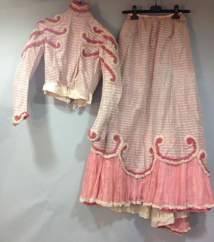 Robe de jour en soie façonnée, vers 1900. Lampas taffetas rayé rose à effet de crevées avec volutes en ruché de mous-seline de 2 tons de rose; jupe à traîne et volant balayeuse à l'ourlet en mousseline plissée (soie fusée)