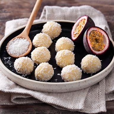 Gör dina egna tryfflar på söt vit choklad och syrlig passionsfrukt, en vinnande smakkombination. Rullade i riven kokos är de inte bara det godaste godiset, utan kanske även det snyggaste.