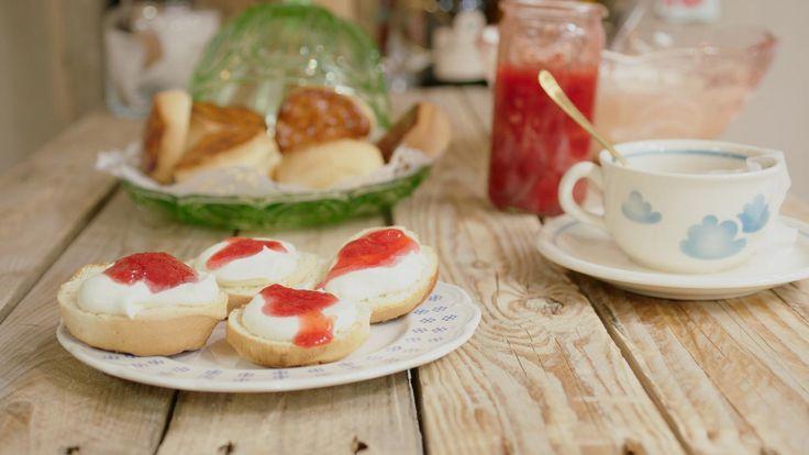 Typisch Britse scones zijn zoete gebakjes die je eet als ontbijt of vieruurtje. Ze zijn niet bijzonder moeilijk om te maken en smaken fantastisch met lichtzoete, opgeklopte room en confituur. Wie durfde ooit beweren dat Britten niet kunnen koken?