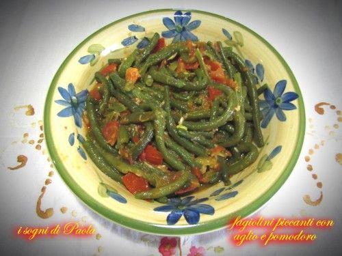 Fagiolini piccanti con aglio e pomodoro. Pochi ma buoni ingredienti per una pietanza che diventa anche un ottimo secondo piatto…
