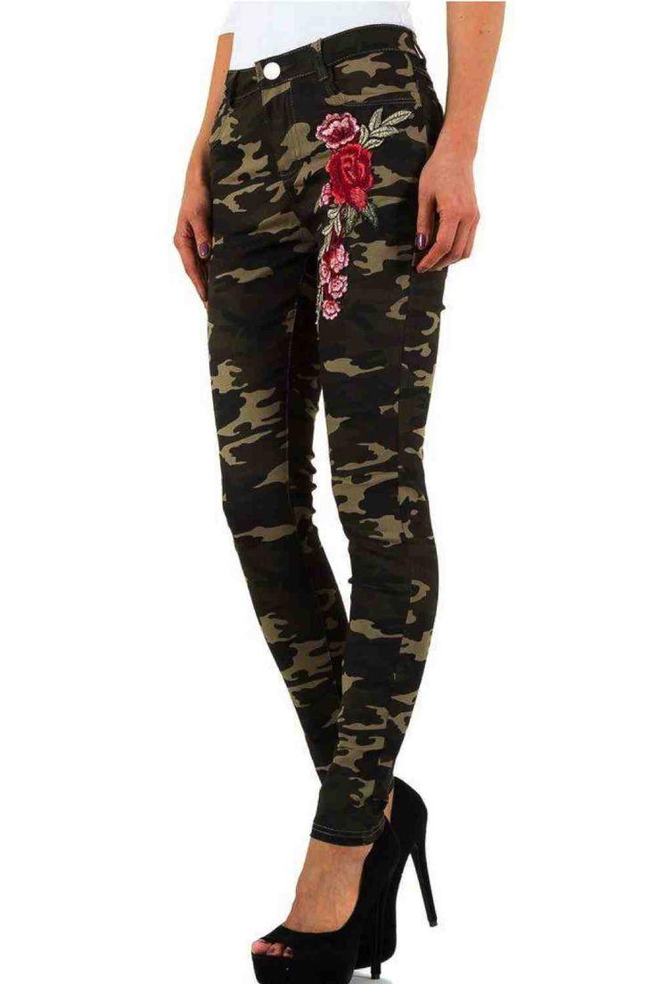 Femme fashion jean slim camouflage Ce jeans camouflage est fait pour vous ! de taille basse, imprimé en verts avec une  jolis broderie sur le devant. Couleur: Vert Matière: 75% Cotons, 23% Polyester, 2% Elasthan