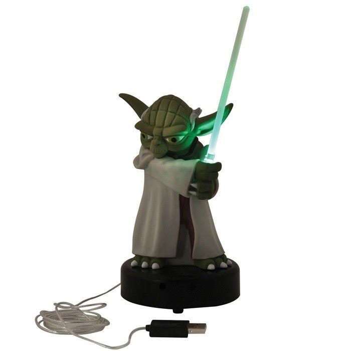 Lampe LED usb Yoda de Star Wars. Ce maitre Jedi plus proche de vous, il détecte les présence autour de lui et son sabre s'illumine accompagné du son et de phrases. Pas moins de 6 phrases en anglais :  « A disturbance in the Force there is » ;  Une superbe idée cadeau high-tech et geek a exposer sur le bureau  #Yoda #lampe #usb #hightech #décoration #geek #cadeau #idéecadeau #bureau #starwars #jedi #padawan #maitreyoda #boutique #carterie #cinéma #saga