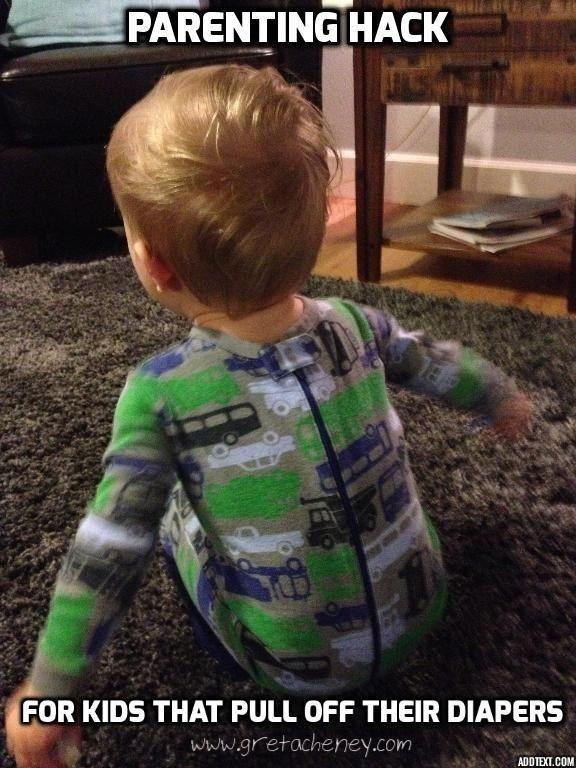 Dein Kind zieht ständig seine Windel aus (oder sich selbst)? Versuch mal, ihm den Strampler mit dem Verschluss nach hinten anzuziehen.