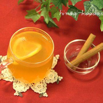 """""""ホットトディ""""とは、スピリッツに砂糖などを加えて熱湯で割り、シナモンやクローブを加えるカクテルのこと。 イギリスやアイルランドで、風邪のひきはじめなどによく飲まれるそう。 りんご&紅茶の香りの良いフルブラを生かして、レモンジュースですっきりした甘さをプラス。 のどにも優しい、はちみつを加えて。 シナモンスティックでかき混ぜると、シナモンとブランデーの香りが広がり、とってもリラ..."""