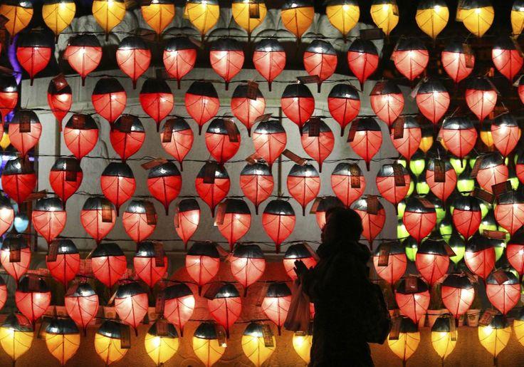 Uma mulher reza na frente de lanternas colocadas para celebrar o ano novo em Seul, capital da Coreia do Sul.