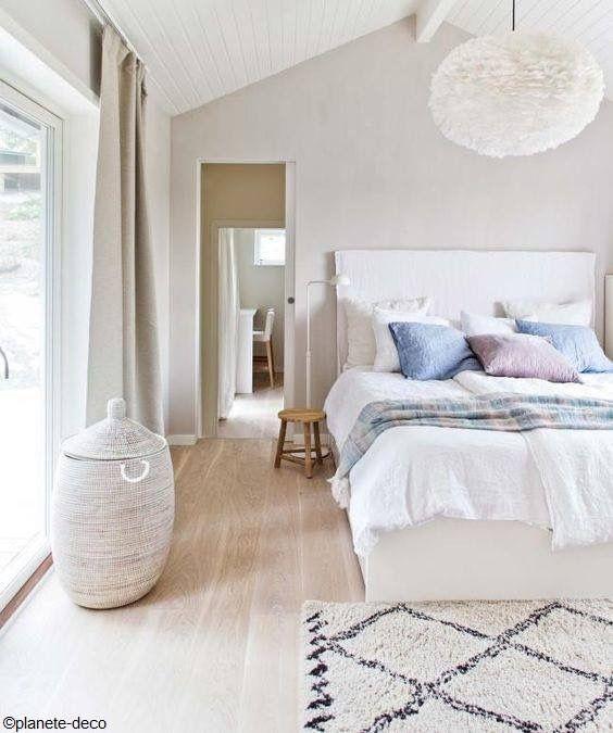 Idées chambre à coucher design en 54 images sur archzine fr coussins de lit tapis beige et parquet clair