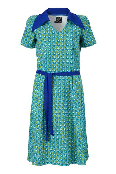 Katinka har et enkelt snit, her er det mønstret og den kontrastfyldte blå krave og bælte der virkelig giver kjolen karakter og gør den til noget helt særligt.