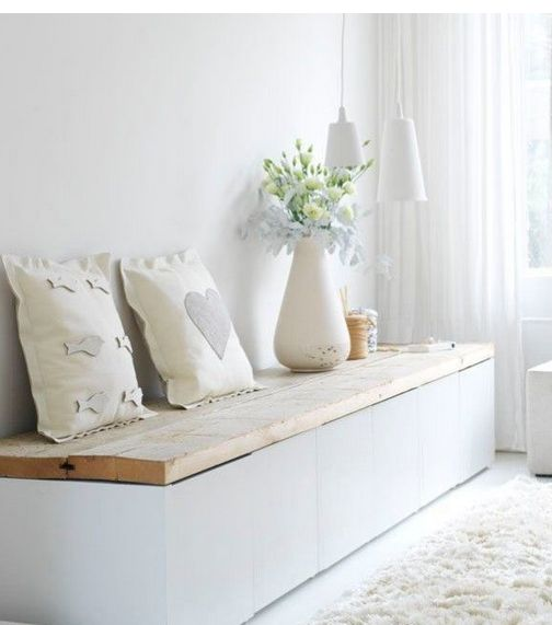 Truhe Sitzbank in Weiß mit massivem Holz  verziert mit Kissen und Vasen http://www.decoratingyoursmallspace.com/12-fabulous-functional-diy-storage-benches/  Oder hier ähnliche Bänke finden: http://www.pharao24.de/wohnzimmermoebel/garderobe/garderobenbaenke.html/#pint
