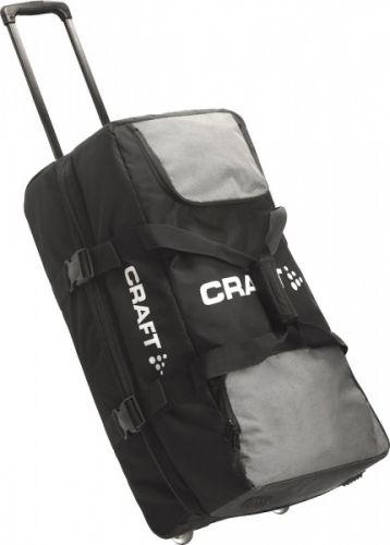 CRAFT ATHLETE GEAR BAG Stor utstyrsbag i utmerket kvalitet. Brukes av Craft's sponsede utøvere for reise til konkurranser og treningsleire. - Tre hovedrom- Hjul og håndtak- Kvalitet: Oxford nylon- Størrelse: 127L Trykk: Ønsker du din logo på dette produktet? Be oss om pris på post@blatt.no