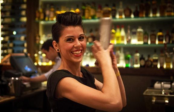Estrella, bartender