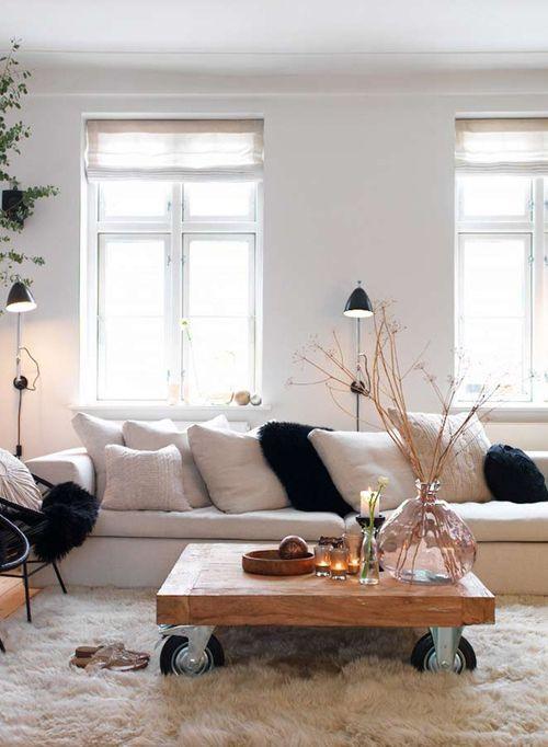 Sofá, cojines, coffe table bajita y alfombra muy muy mullida, ideal para sentarse en el suelo. La alfombra Shaggy es la ideal. http://www.arquinter.net/shaggy/ #alfombras