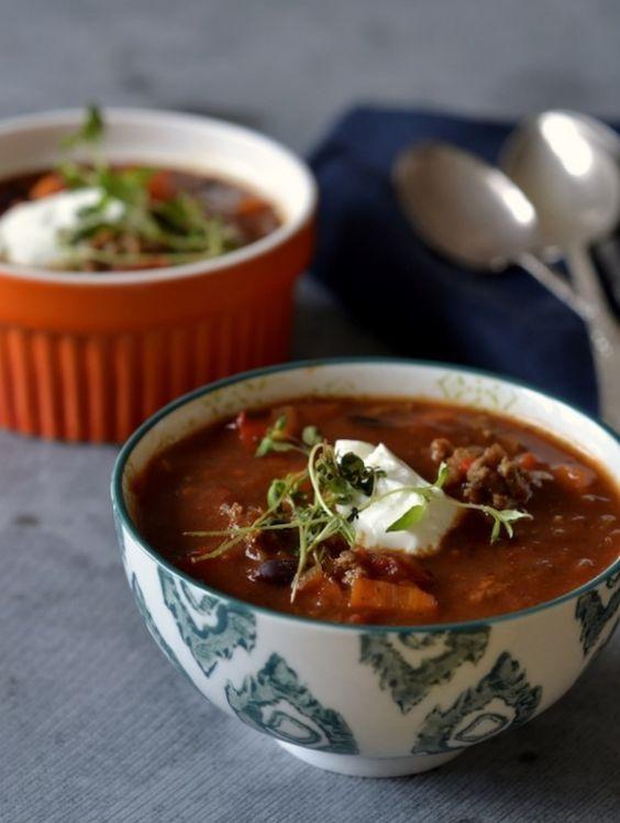 En fyldig suppe med oksekød & kidneybønner leder tankerne mod latinamerika – perfekt til en råkold dansk efterårsdag! Ugens Suppe Søndag byder på en lækker mexicanskinspireret suppe. Suppen er fyldt med sprøde grøntsager, oksekød, kidneybønner og en god portion krydderier, så man rigtig kan få varmen. Lad dig ikke skræmme af ingredienslisten – suppen er...Read More »