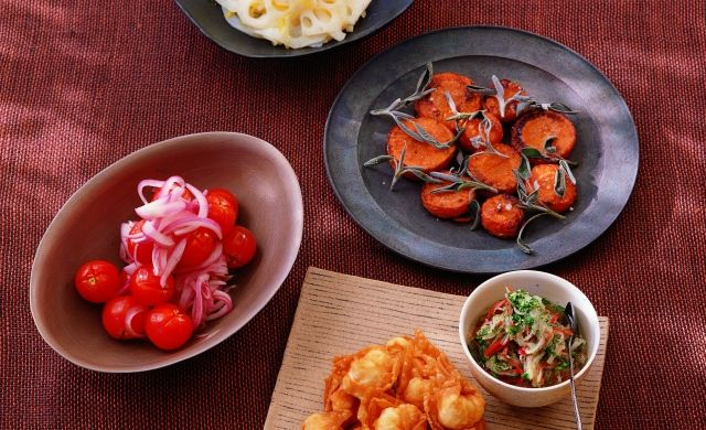 Won-ton de crevettes frits accompagnés de légumes marinés à la vietnamienne avec