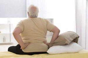 Homme obèse qui a mal au dos