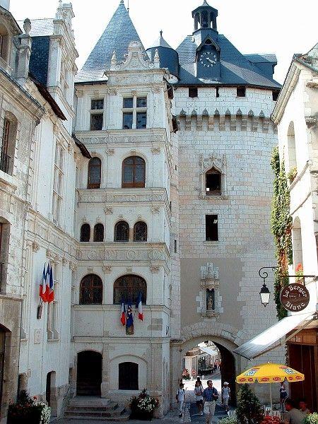 Loches (Indre-et-Loire)- Porte Picois (milieu 15ème siècle) et Hôtel de ville construit de 1535 à 1543 - Maîtres Maçons : Bernard Musnier, André Fortin et Jean Baudouin