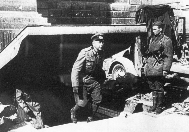 "1945, Allemagne, Berlin, Le POW ""General der Artillerie"" Helmuth Weidling, commandant du ""LVI.Panzer-Korps"", nommé par Adolf Hitler ""Kampfkommandanten bei der Schlacht um Berlin"" sort de son bunker pour se rendre | by ww2gallery"