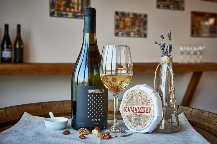 Не так давно учёные Центра вкуса и пищевого поведения во Франции выяснили, что сыры особым образом влияют на вкус вина. Так, некоторые образцы значительно увеличили продолжительность спиртовой ноты, а другие — увеличили продолжительность горькой ноты. Также тестируемые сыры продлили продолжительность терпких нот и запах красных фруктов. При этом интересно, что ни одно вино от сочетания с сыром не пострадало и не испортилось