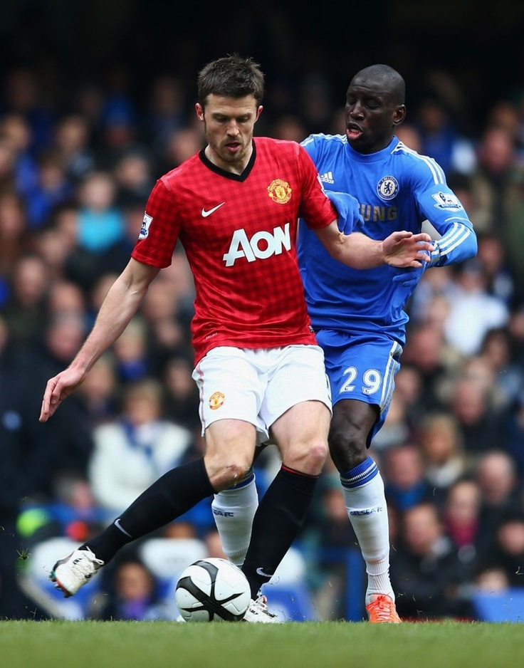 Carrick wriggles away from Demba Ba