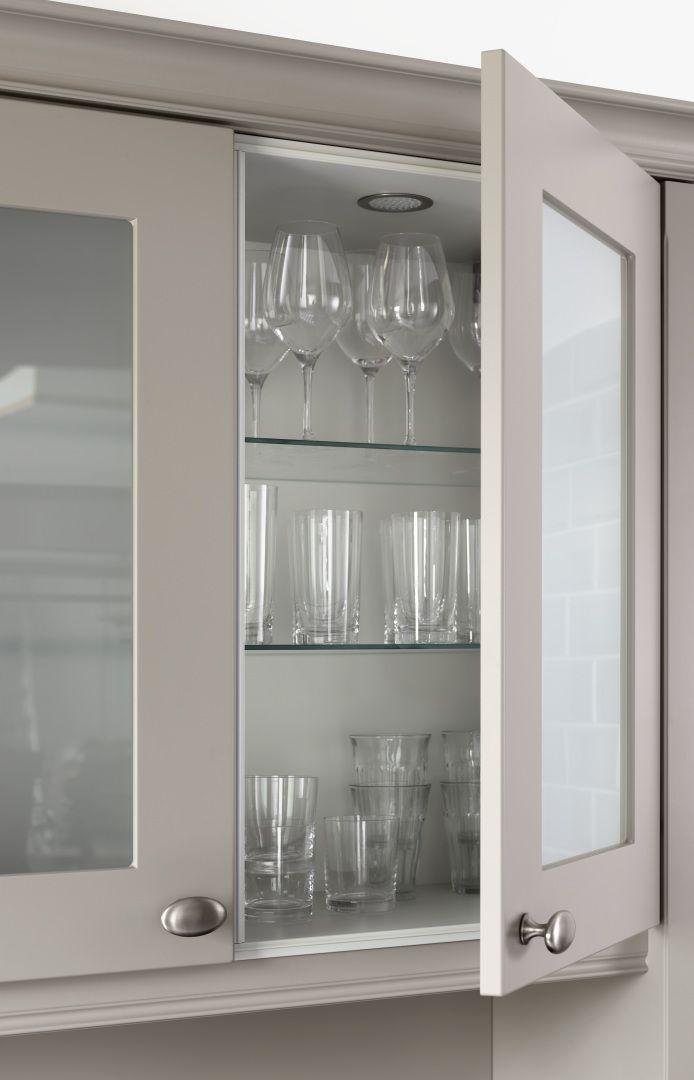 Kuchnia NOLTE w stylu Country house (Landhaus / Kuchnia wiejska). Beżowe, matowe fronty. Szafka przeszklona, szklane półki. Uszczelki na korpusach, Listwy ozdobne