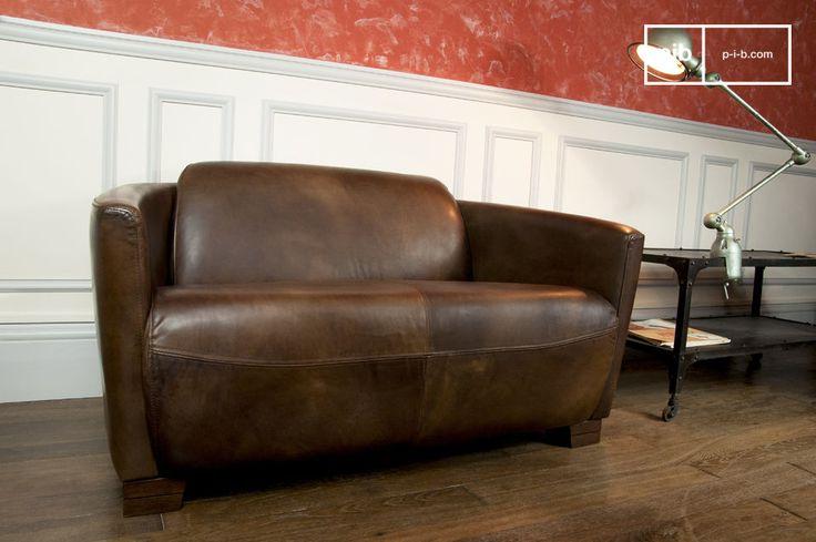 Este sofá vintage tiene todo el carácter de un de un antiguo sofá de aviación. Un cuero rico.