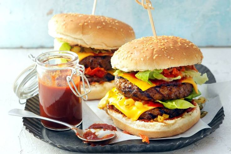 19 juli - Beefburgers in de bonus - Iedereen houdt van burgers, zeker als er lekker veel knapperige groente op zit én een zelfgemaakt, zoetzuur sausje - Recept - Allerhande