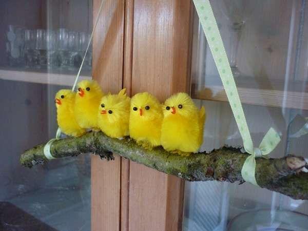 Petits poussins sur une branche suspendue.  16 décorations de Pâques DIY que vous allez adorer