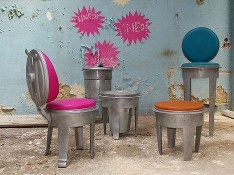 Extravagantní design židle B!N (design Jan Vopalka) ve formě nízké popelnice, kde lakovaný kov s barevným čalouněním vytvoří industriální, ale přitom útulný styl v interiéru i exteriéru; Design Fabrika