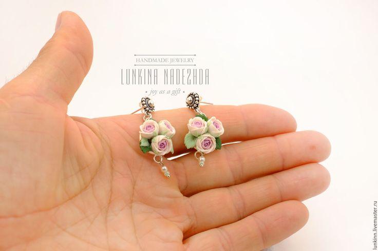 Купить Серебряные серьги пуссеты с букетом бледно-розовых роз - бледно-розовый, розовые розы