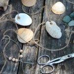 Pour percer les coquillages, calez-les dans un torchon replié, prenez un petit clou, calez sa pointe sur le coquillage et frappez d'un coup léger avec un petit marteau. Munissez-vous d'une vis type agglo, plantez-la à nouveau dans le trou et tournez-la légèrement; le trou va alors s'agrandir sans fendre le coquillage.