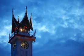 Jam Gadang has undergone several changes in the peak shape. At first, this clock spire round and on it stands a statue of a rooster. When you sign in to colonize Indonesia, the Japanese occupation government to change it into pagoda shape peak. At the time of independence, its shape changed again to trappings of traditional Minangkabau house.