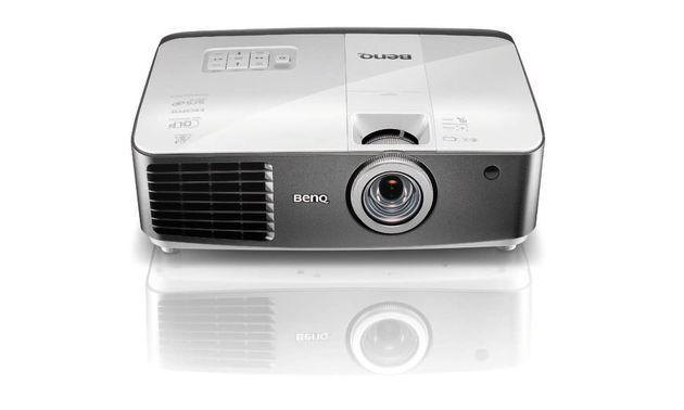 Der Projector W1500-Beamer von BenQ hat einen WHDI-Receiver integriert. Für den Sender liefert der Hersteller ein HDMI-Dongle mit.