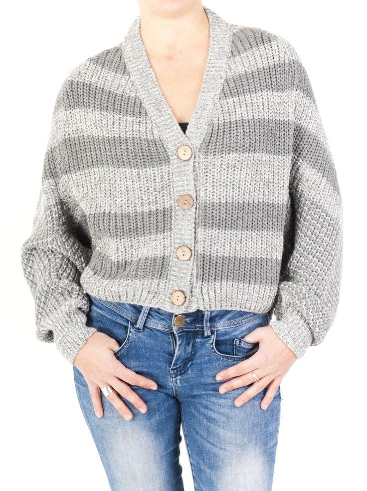 Chaqueta de punto mujer con cuello pico, cerrada en 4 botones. Ideal para lucir durante todo el año y disponible en 4 colores: tejano, gris, negro y marrón.