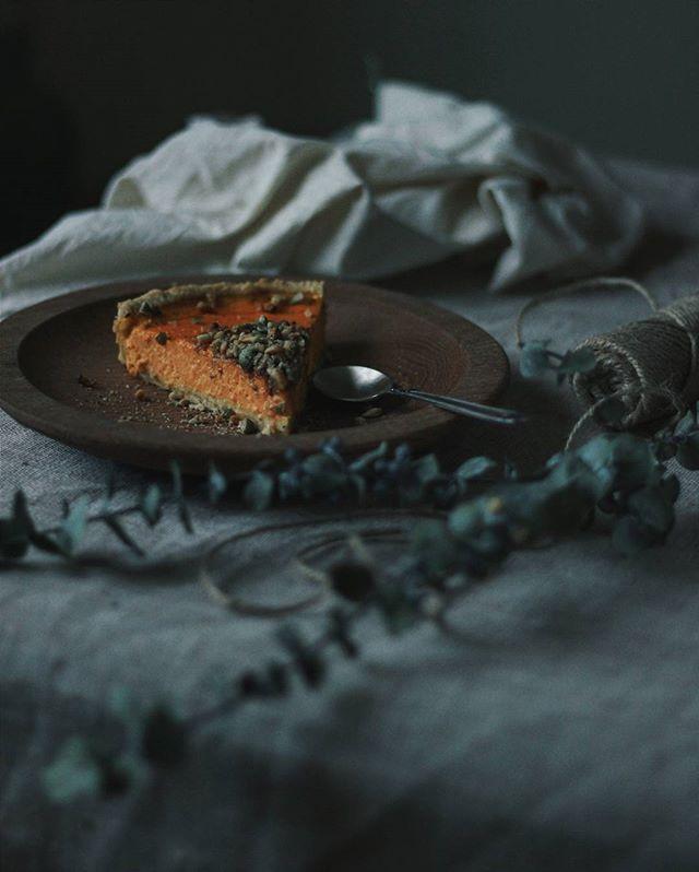 | American pumpkin pie | Парадокс  Тыква сама по себе сладкая, но мне больше по душе и вкусу несладкие блюда с ней  Паста, карри, хумус, крем-супы  Но этот пирог такой фотогеничный, что я просто не смогла его не приготовить ! Отправляю его на конкурс к девочкам @little_ann_ и @karamasik.food на конкурс #тыква_любовь_моя Спонсор @kak_vkusno_shop  #photofoodiegram_autumn