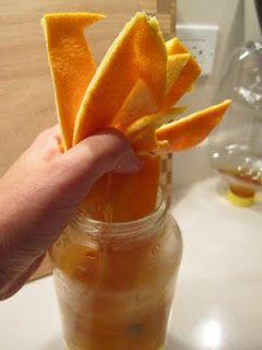 Adicionar cascas de laranja (ou qualquer casca de citrinos) para um litro de vinagre branco em um recipiente fechado e deixa por duas semanas. Combine Citrus / vinagre solução meia / meia com água e uso para a limpeza. Obras em pisos, azulejos, louças, etc Cheira bem e é duro com escumalha! O melhor de tudo não há produtos químicos.
