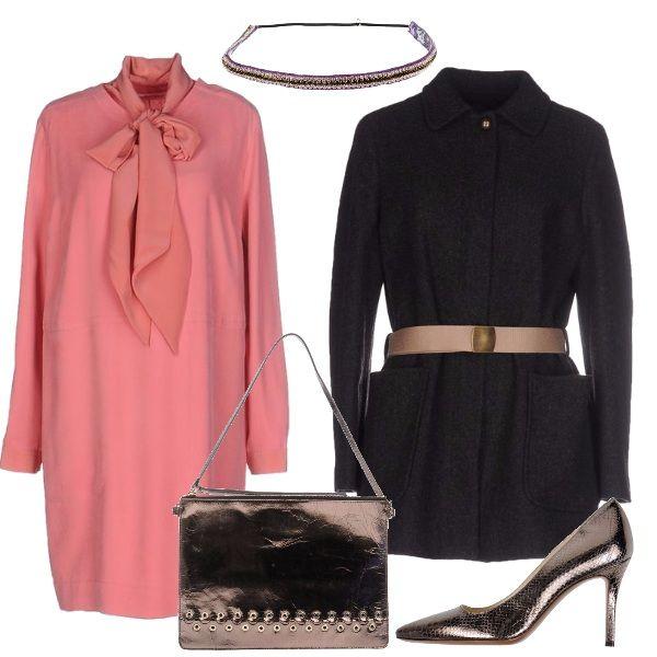Splendido vestito rosa con grande fiocco al collo, corto al ginocchio, paletot con cintura, décolleté e borsa a mano laminate, cerchietto per i capelli che riprende i colori degli abiti.