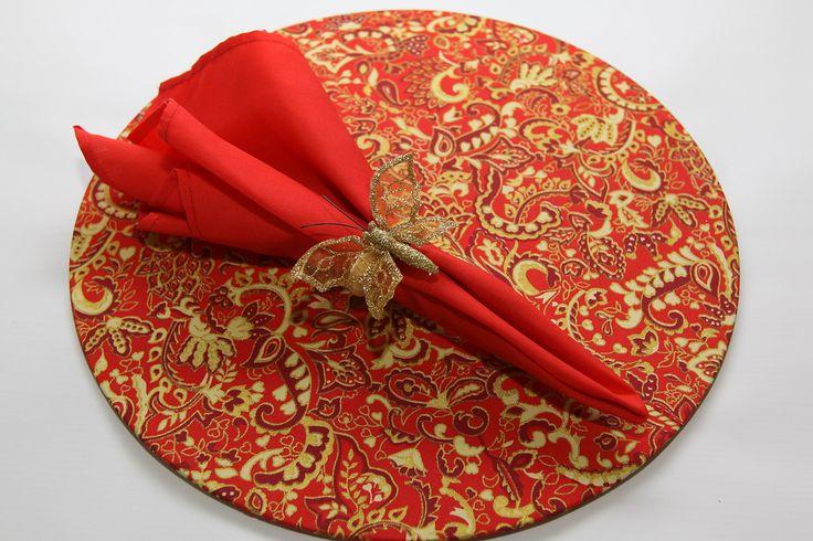 Conjunto de Sousplat em MDF com capa de tecido estampado removível mais guardanapo liso e anel com borboleta dourada.