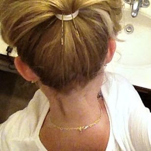 Augmentez votre queue de cheval en la soulevant avec deux épingles à cheveux.   22 coiffures pour filles paresseuses